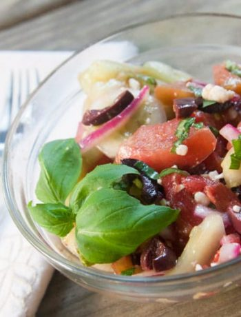 This tangy cucumber tomato salad is packed with flavor and freshness! Kalamata olives, feta cheese, and red onions add interest without stealing the show from the crisp cucumber and juicy tomatoes. | www.pinchmeimeating.com