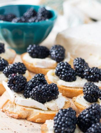 Learn how to make crostini with brie and blackberries - one of my favorite easy, elegant appetizers with prep time of only 5 minutes! #recipes #entertaining #partyfood